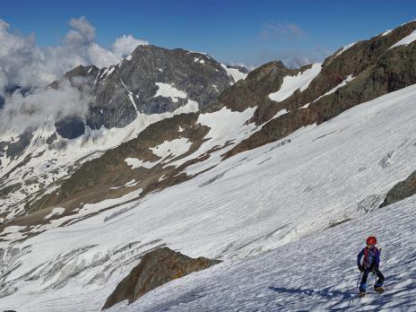 L'accès à l'arête se fait en traversant le glacier des Glaciers à l'horizontal.