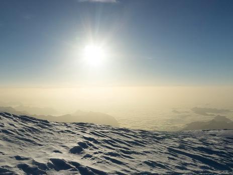 Le soleil se lève sur la pleine du Po couverte de nuage.