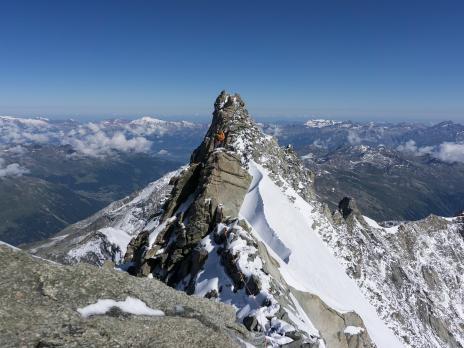 Un dernier passage rocheux à 150m du sommet, suivi d'une dernière partie neigeuse aérienne.